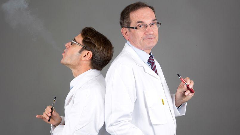 """Dr Philippe PRESLES, auteur du livre """"La cigarette électronique , enfin la méthode pour arrêter de fumer facilement"""" et Jean-Michel KLEIN, ORL, posent avec des cigarettes électroniques"""